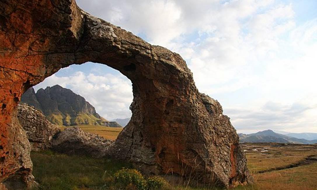 O parque Maloti-Drakensberg é uma área dividida entre a África do Sul e o Lesotho, e encontra-se na cordilheira de Drakensberg. O cenário é formado por basalto e falésias douradas de arenito. A diversidade de habitates, entre a savana e altitude, com riachos, piscinas de pedra, cavernas, entre outros tipos de terreno, permitiram que ali surgissem espécies endêmicas. Nas cavernas, ao sul saariano, arqueólogos encontraram, também, pinturas rupestres, que acredita-se que possam ter mais de 4 mil anos Foto: divulgação
