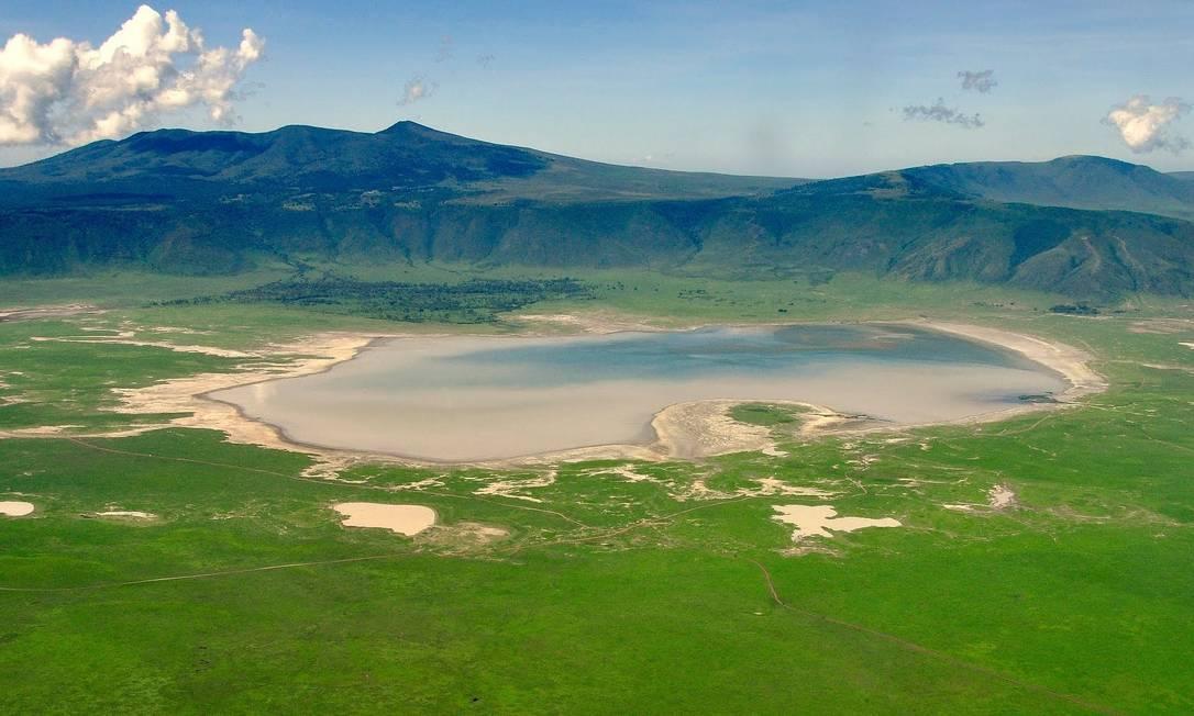 A Área de Conservação de Ngorongoro, na Tanzânia, abrange extensões de planícies, savanas, florestas de savana e florestas. Fundada em 1959 como uma região de uso múltiplo da terra, com a vida silvestre coexistindo com pastores maasai seminômades praticando pastoreio tradicional, ela inclui a espetacular Cratera de Ngorongoro, a maior do mundo.Tem importância global para a conservação da biodiversidade devido à presença de espécies globalmente ameaçadas, a densidade de vida selvagem que habita a área e a migração anual de gnus, zebras, gazelas e outros animais para as planícies do norte. Extensivas pesquisas arqueológicas também produziram uma longa seqüência de evidências da evolução humana e da dinâmica humano-ambiental, incluindo as primeiras pegadas hominídeas que datam de 3,6 milhões de anos Foto: Reprodução