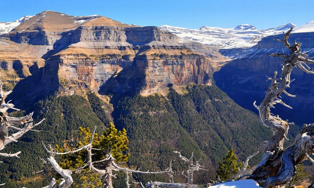 A incrível paisagem de montanhas de Pyrénées, no Mont Perdu, ilustra as fronteiras entre França e Espanha. Com picos que alcançam até 3.352 metros, a área inclui dois dos maiores cânions da Europa Foto: divulgação
