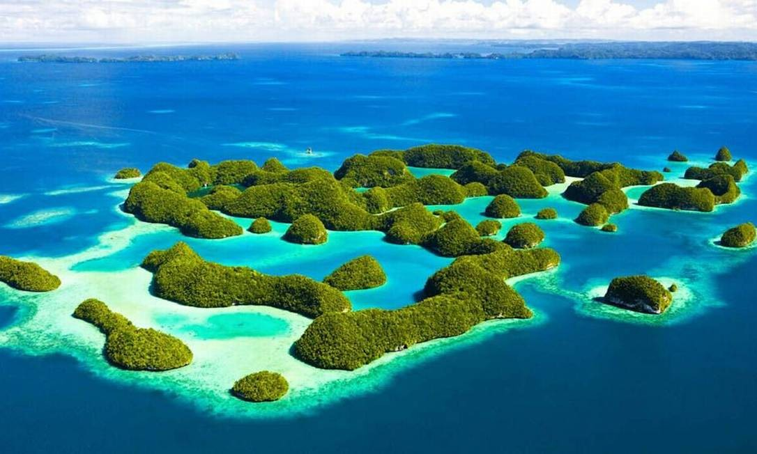 As Rock Islands Southern Lagoon cobrem uma área de 100.200 hectares, num conjunto de 445 ilhas inabitadas, de origem vulcânica, cobertas por calcário. As ilhas contam com uma variedade incrível de espécies de corais, plantas, pássaros e vida marinha Foto: Divulgação