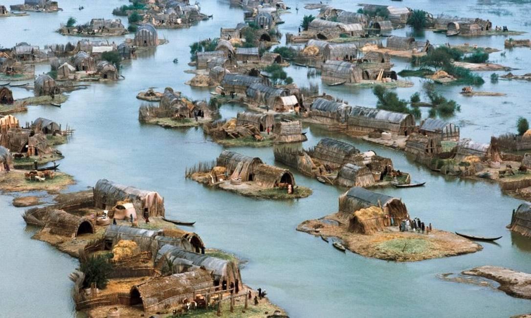 O Ahwar, no Sul do Iraque, tem sete componentes: três sítios arqueológicos e quatro áreas pantanosas. As cidades arqueológicas de Uruk e Ur e o sítio arqueológico de Tell Eridu fazem parte dos vestígios das cidades e assentamentos sumérios que se desenvolveram no sul da Mesopotâmia entre o 4º e o 3º milênio aC, no delta pantanoso dos rios Tigre e Eufrates. Conhecido como pântanos do Iraque, o Ahwar é único e representa um dos maiores sistemas de delta interior do mundo, em um ambiente extremamente quente e árido Foto: Nik Wheeler / Corbis