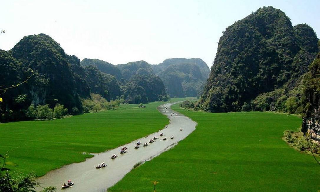 O Complexo de Paisagem de Trang An, no Vietnam, é uma paisagem espetacular de picos calcários permeados de vales, muitos parcialmente submersos e cercados por penhascos íngremes quase verticais. A exploração de cavernas em diferentes altitudes revelou vestígios arqueológicos da atividade humana durante um período contínuo de mais de 30.000 anos. Eles ilustram a ocupação dessas montanhas por caçadores-coletores sazonais e como eles se adaptaram às principais mudanças climáticas e ambientais, especialmente a repetida inundação da paisagem pelo mar após a última era glacial. A história da ocupação humana continua através da Idade Neolítica e do Bronze até a era histórica. Hoa Lu, a antiga capital do Vietnã, foi estrategicamente estabelecida aqui nos séculos X e XI. A propriedade também contém templos, pagodes, arrozais e pequenas aldeias Foto: Reprodução