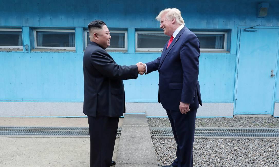 Presidente dos EUA, Donald Trump, cumprimenta o líder norte-coreano, Kim Jong-un, na zona desmilitarizada que separa as duas Coreias Foto: KCNA / REUTERS