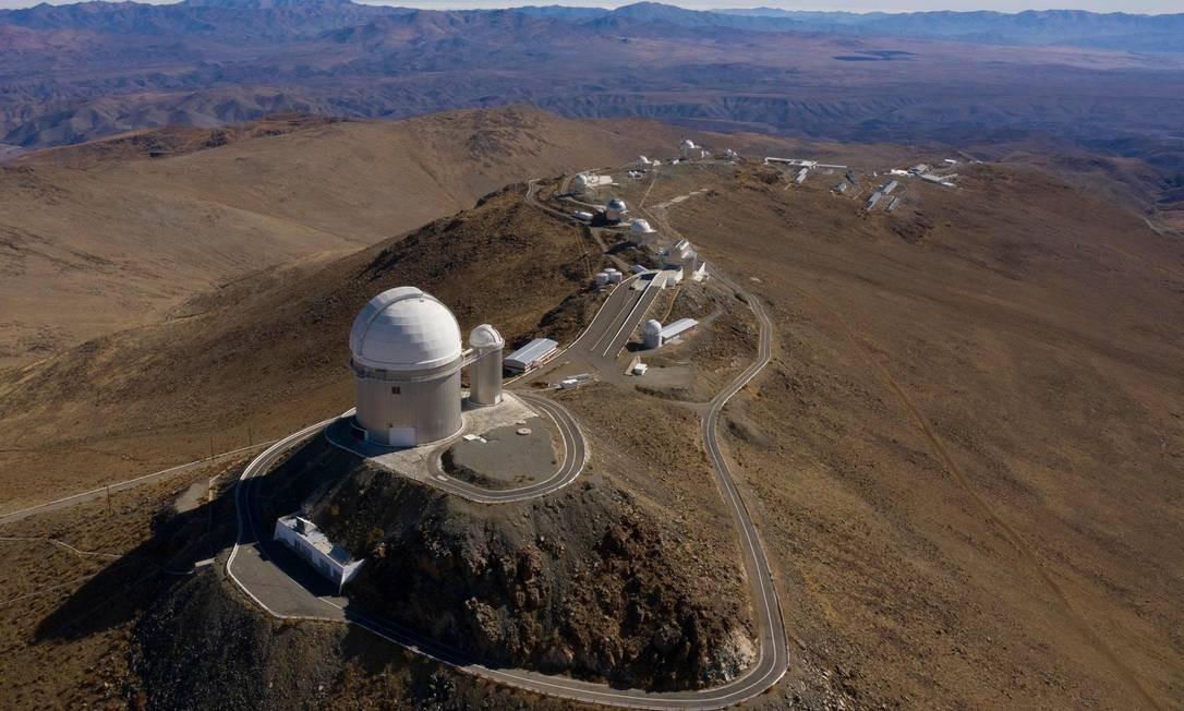Vista aérea do observatório ESO (European Southern Observatory) em Higuera, na região chilena de Coquimbo. Cerca de 1.200 especialistas realizarão testes científicos durante o Eclipse Solar total, que acontece nesta terça-feira (2/6) Foto: MARTIN BERNETTI / AFP