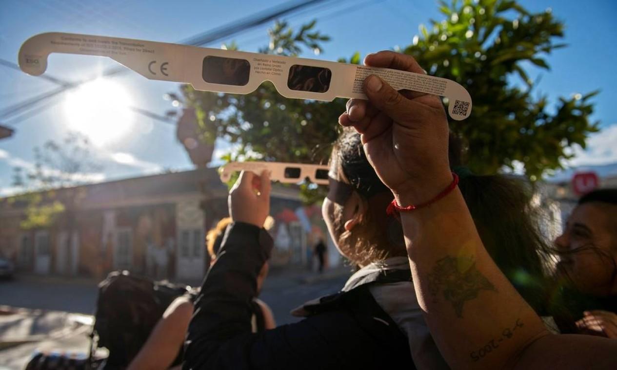 Chilenos e turistas se preparam para assistir ao Eclipse Solar total que acontece nesta terça-feira (02/07) no país, que será ponto privilegiado para ver o fenômeno Foto: MARTIN BERNETTI / AFP