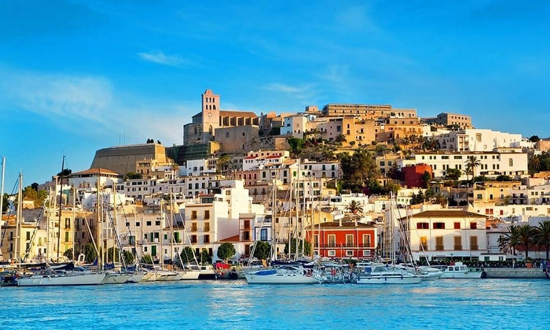 Ibiza é um excelente exemplo da interação entre os ecossistemas marinhos e costeiros. As densas pradarias da Posidonia oceânica (ervas marinhas), uma espécie endêmica importante encontrada apenas na bacia do Mediterrâneo, contêm uma diversidade de vida marinha. Ibiza preserva evidências consideráveis de sua longa história. Os sítios arqueológicos em Sa Caleta (assentamento) e Puig des Molins (necrópole) atestam o papel desempenhado pela ilha na economia mediterrânea Na Proto-História, particularmente durante o período fenício-cartaginês. A cidade alta fortificada (Alta Vila) é um excelente exemplo da arquitetura militar da Renascença Foto: Wallpapertic.Com