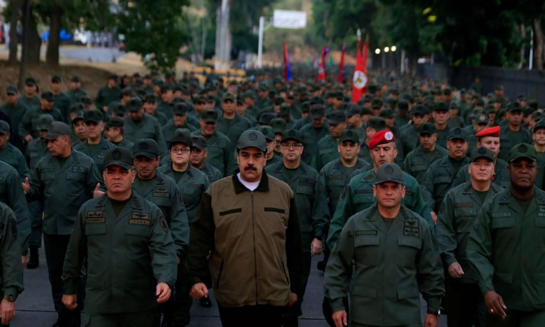 O presidente da Venezuela, Nicolás Maduro, ao lado do ministro da Defesa da Venezuela, Vladimir Padrino, durante uma cerimônia em uma base militar em Caracas, Venezuela, em maio Foto: HANDOUT / REUTERS