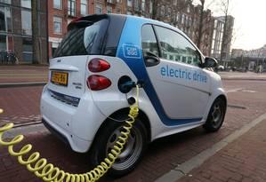 Um carro elétrico sendo carregado em Amsterdã, na Holanda. Foto: Arquivo