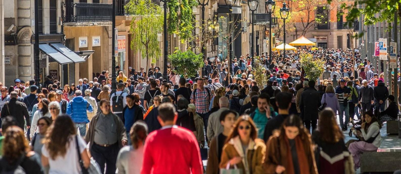 Rua cheia em Barcelona, na Espanha Foto: Emilio Parra Doiztua / The New York Times