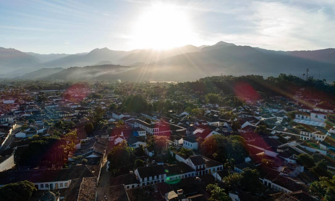 Imagem aérea mostra a bela harmonia entre as belezas naturais e culturais de Paraty Foto: Brenno Carvalho / Agência O Globo