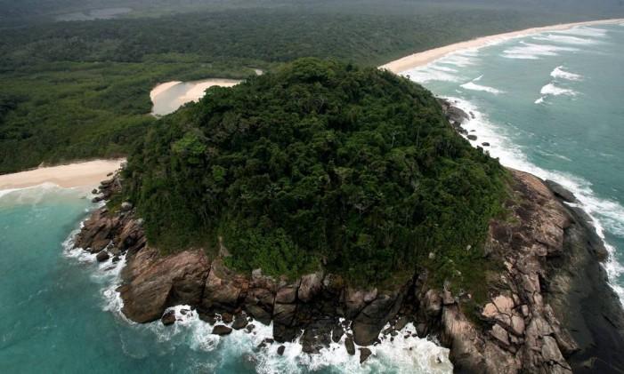 Vista aérea da Ilhota do Leste, que separa as praias do Sul e do Leste Foto: Custódio Coimbra / Agência O Globo