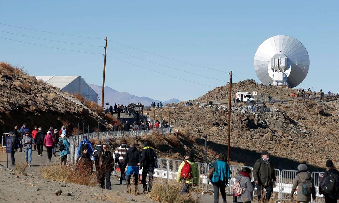 Turistas caminham para locais de observação Foto: RODRIGO GARRIDO / REUTERS