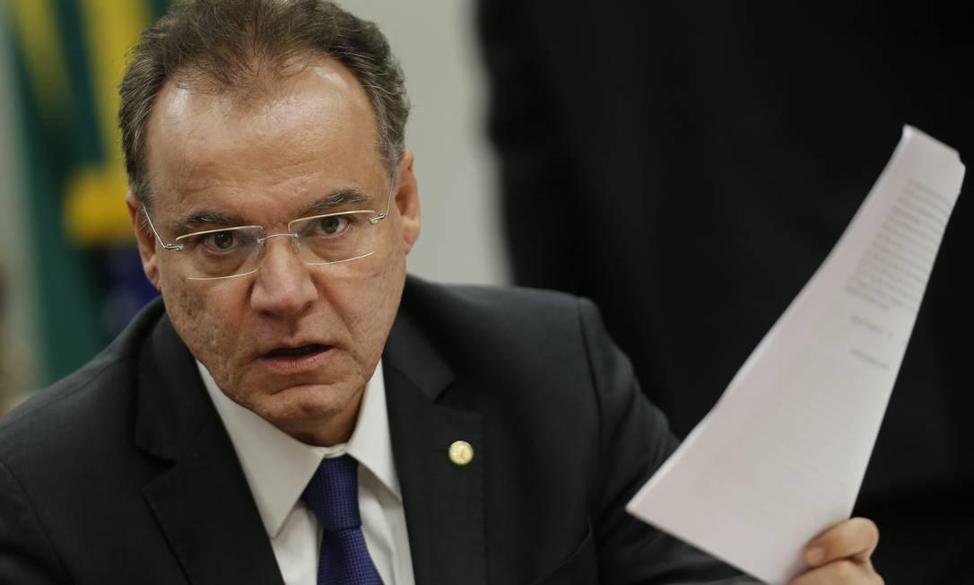 O relator da reforma, deputado Samuel Moreira, sinalizou que não existe acordo para incluir estados e municípios Foto: Jorge William / Agência O Globo