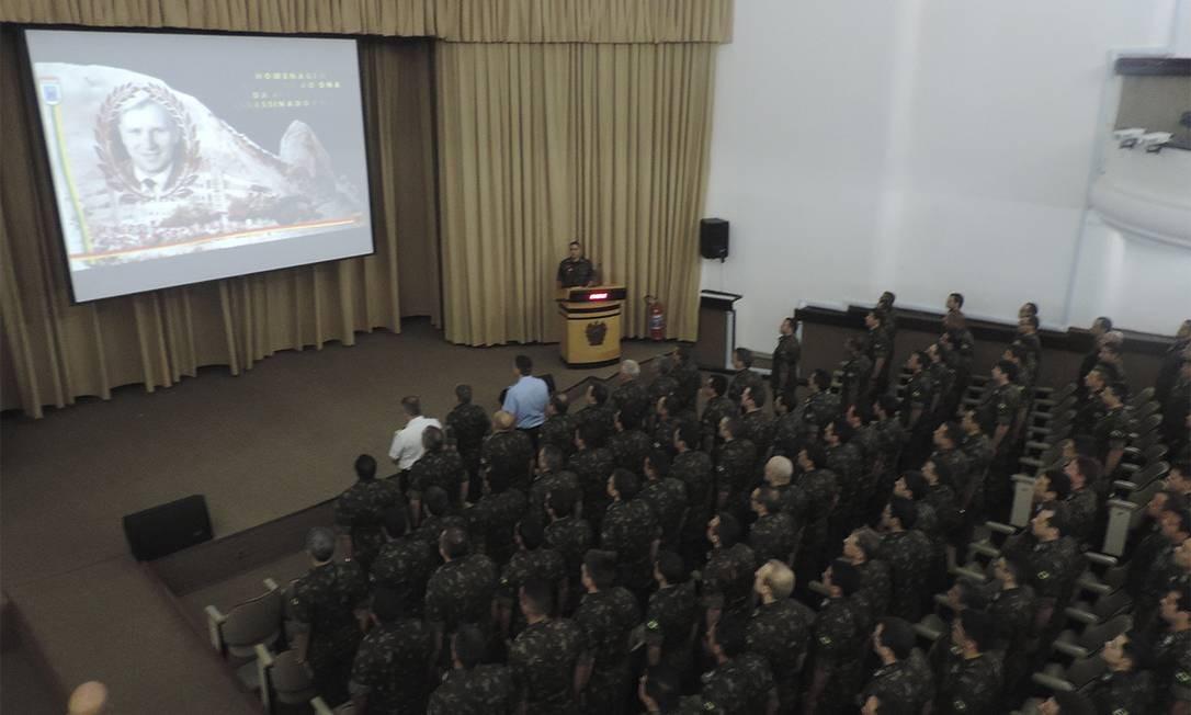 Exército presta homenagem a major Otto, morto por engano pelo Colina, que pretendia fazer atentado contra militar boliviano Foto: Divulgação/ECEME
