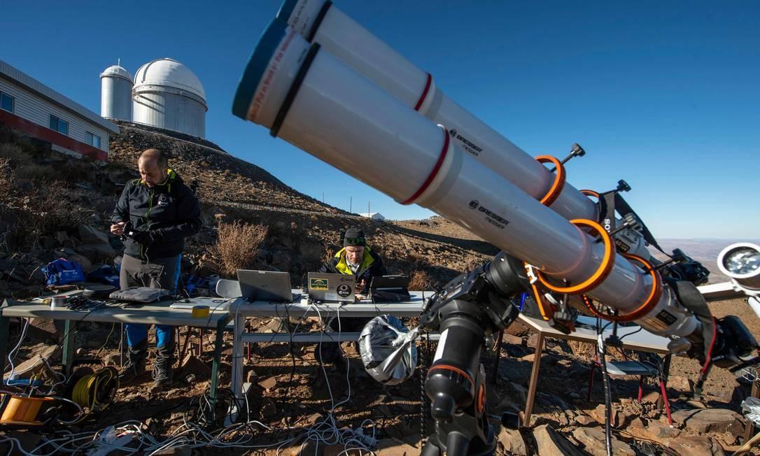 Astrônomos preparam equipamentos para observar o eclipse solar Foto: MARTIN BERNETTI / AFP