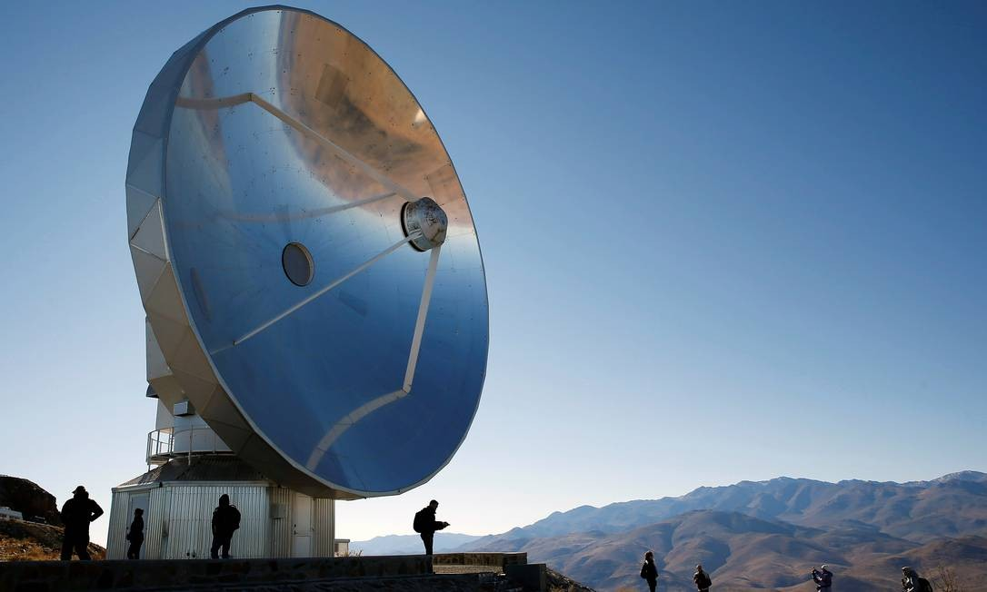 Pessoas se reúnem no Observatório La Silla, no Chile, para observar o eclipse total do sol Foto: RODRIGO GARRIDO / REUTERS