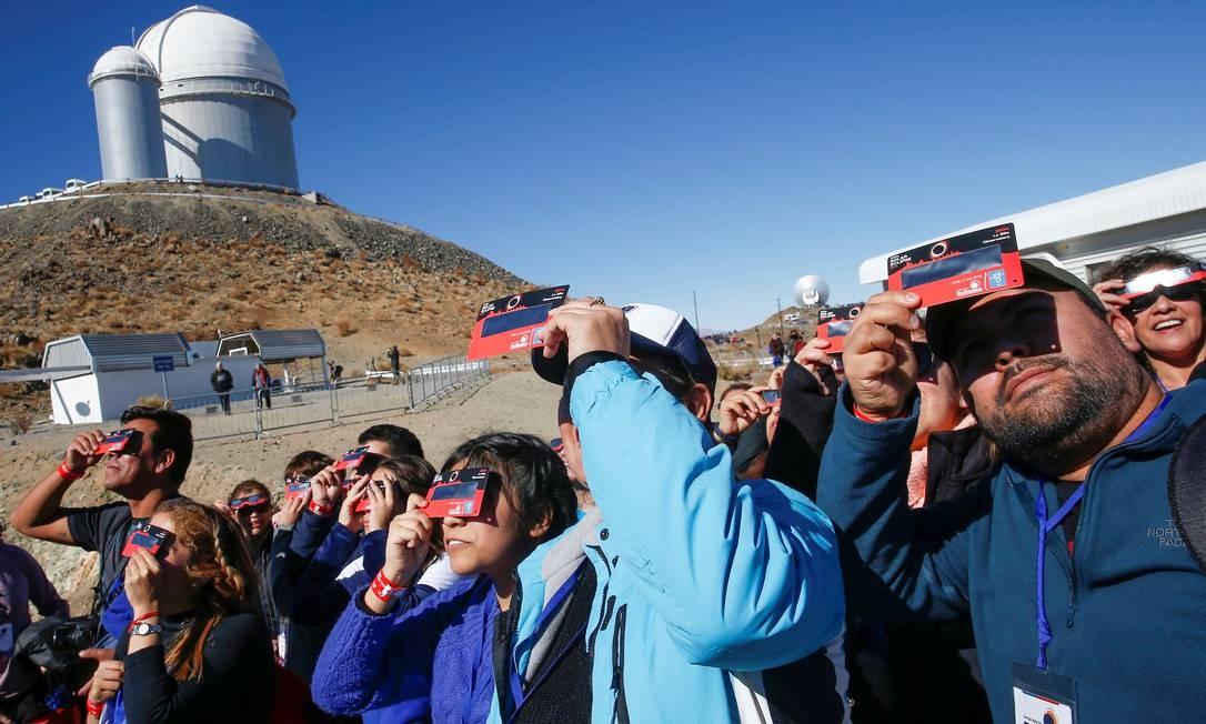 Milhares de turistas invadiram o Chile para observar nesta terça-feira o eclipse total do Sol, que mergulhará em completa escuridão uma faixa de 150km do norte do país e centro-norte da Argentina, antes de se perder no Oceano Atlântico Foto: RODRIGO GARRIDO / REUTERS