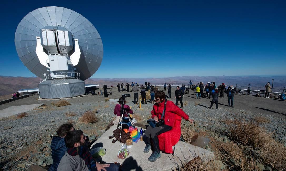 Turistas esperam por um eclipse solar no Observatório Europeu do Sul La Silla (ESO), em La Higuera, Região de Coquimbo, Chile Foto: MARTIN BERNETTI / AFP