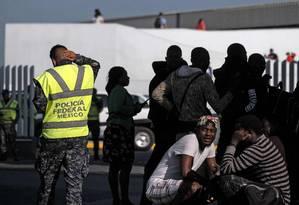Solicitantes de asilo aguardam entrevista com autoridades de imigração dos Estados Unidos em frente ao porto de El Chaparral, em Tijuana, no México Foto: GUILLERMO ARIAS / AFP