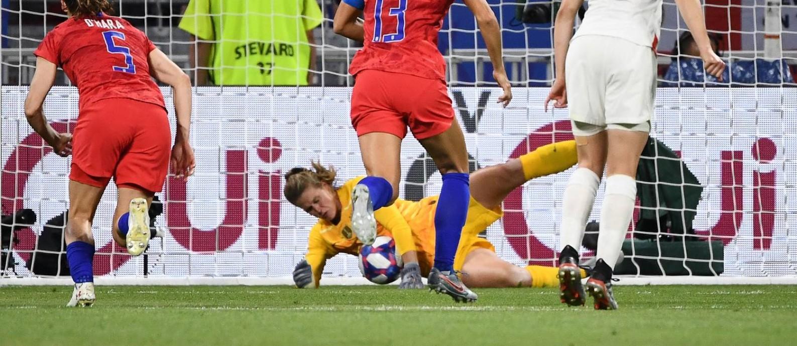 Goleira americana Alyssa Naeher defendeu um pênalti no segundo tempo da vitória contra a Inglaterra Foto: FRANCK FIFE / AFP