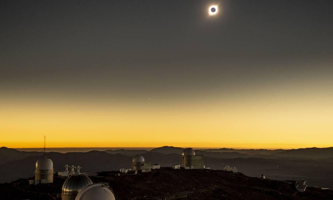 Eclipse solar sobre o Observatório de La Silla, no Chile Foto: MARTIN BERNETTI / AFP