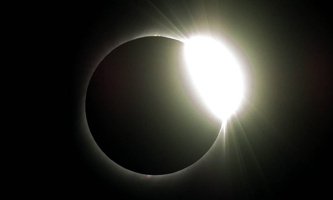 Coroa solar só pode ser vista durante eclipses e será estudada por cientistas do Observatório de La Silla Foto: MARTIN BERNETTI / AFP