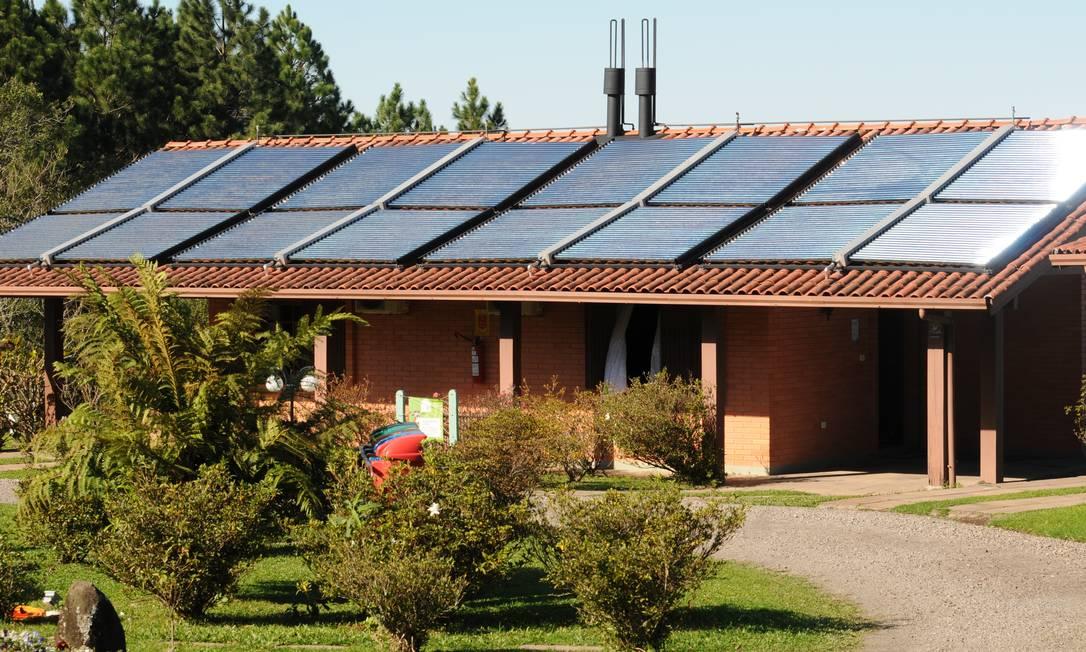 Placas de energia solar do Hotel Bangalôs da Serra, em Gramado Foto: Divulgação