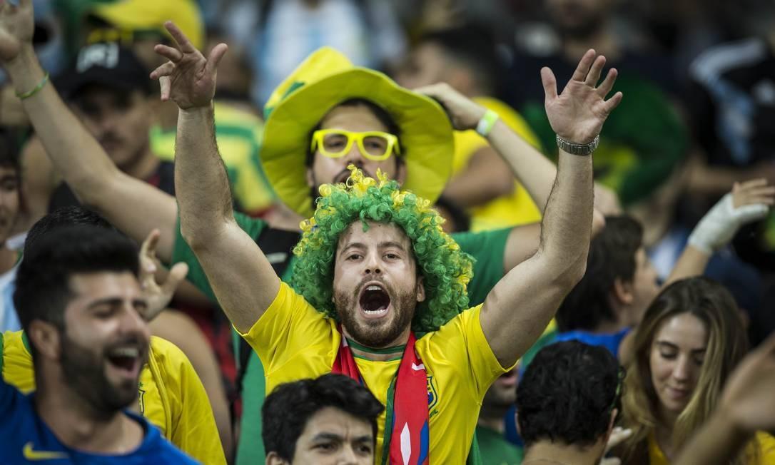 Torcedores do Brasil animados antes do jogo contra a Argentina no Mineirão Foto: Guito Moreto / Agência O Globo