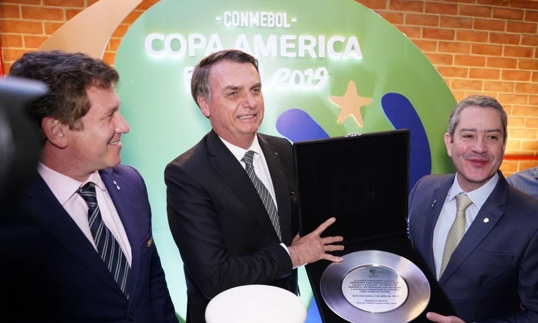 O presidente Jair Bolsonaro recebe uma placa de Rogério Caboclo, presidente da CBF Foto: Divulgação/Copa América