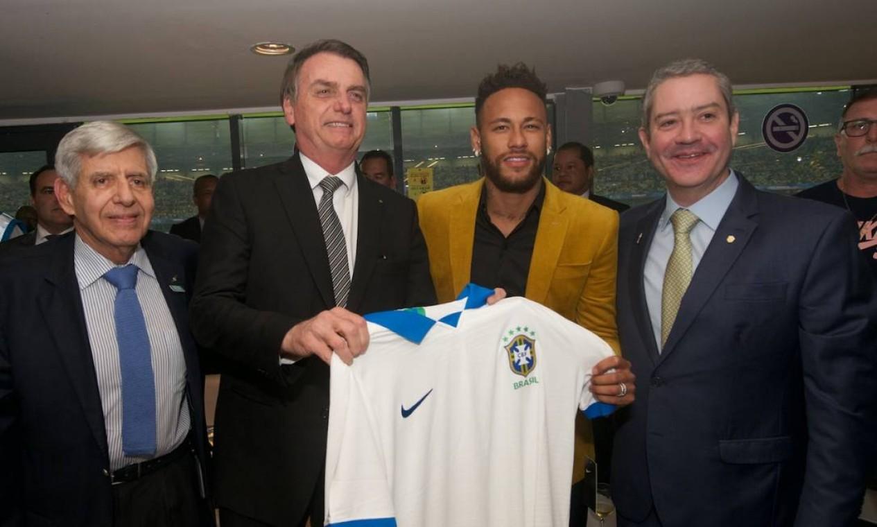 O presidente Jair Bolsonaro exibe uma camisa da seleção brasileira ao lado de Neymar, do presidente da CBF, Rogério Caboclo, e do general Augusto Heleno, chefe do GSI Foto: Divulgação