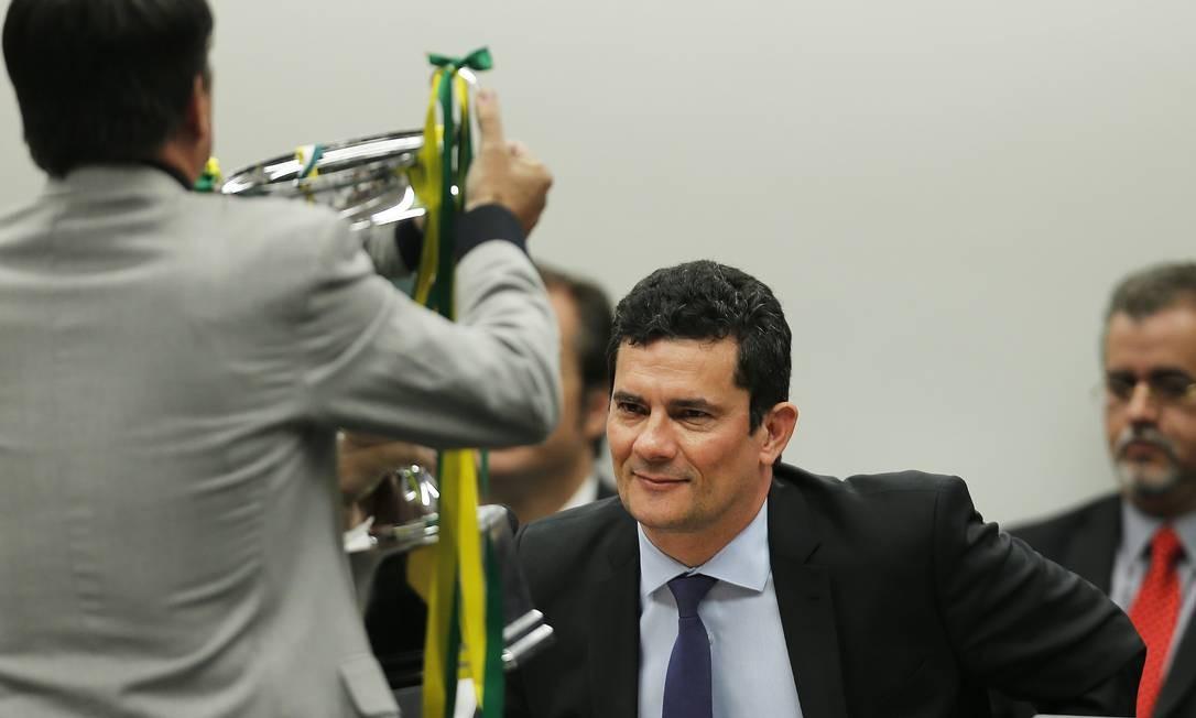 Deputado Boca Aberta (PROS-PR) presenteou Moro com um troféu durante sabatina na Câmara Foto: Jorge William / Agência O Globo
