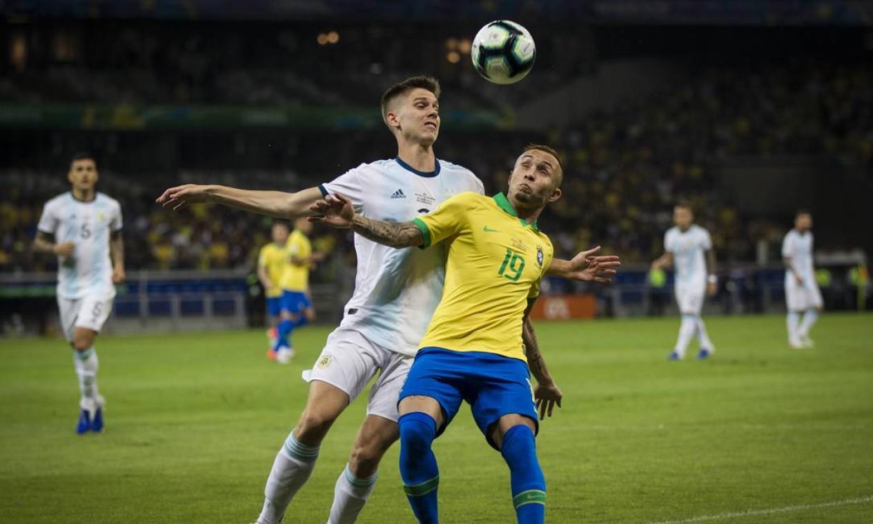 Everton protege a bola na partida contra a Argentina Foto: Guito Moreto