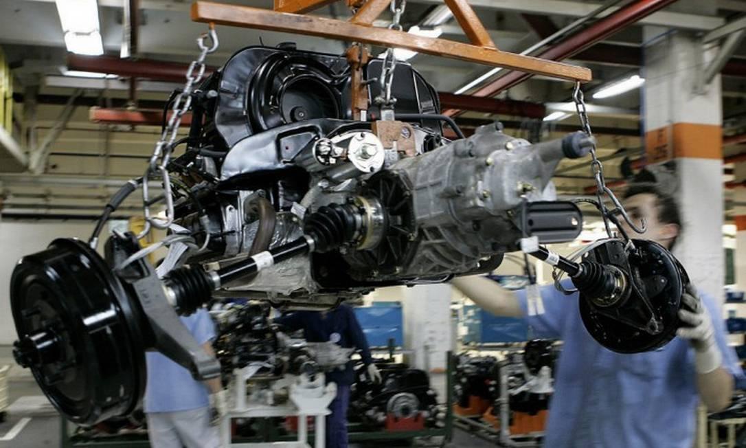 Ao comparar o desenvolvimento industrial em 30 países, que juntos representam cerca de 90% da indústria de transformação mundial, ao longo de 48 anos a participação da indústria no PIB brasileiro recuou de 21,4% para 12,6% Foto: Associated Press