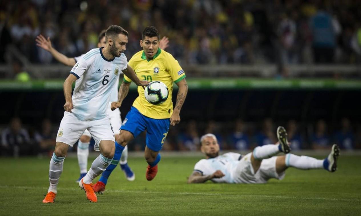 Firmino tenta recuperar a bola para o Brasil no clássico no Mineirão Foto: Guito Moreto / Guito Moreto