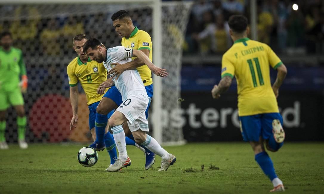 Messi recebe a marcação de Casemiro Foto: Guito Moreto / Agência O Globo