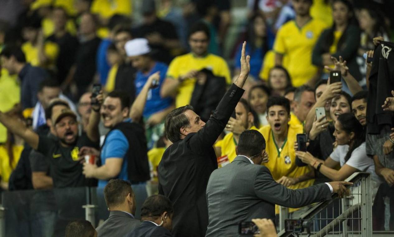 Bolsonaro acena para a torcida no intervalo do jogo entre Brasil e Argentina no Mineirão Foto: Guito Moreto / Agência O Globo