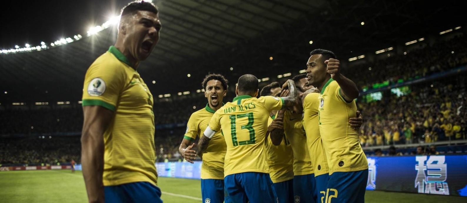 Jogadores da seleção comemoram o primeiro gol sobre a Argentina no Mineirão Foto: Guito Moreto / Agência O Globo
