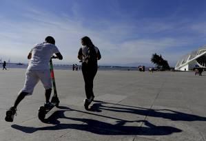 Jovens paseiam de patinetes perto do Museu do Amanhã Foto: Marcelo Theobald em 26/03/2019 / Agência O Globo