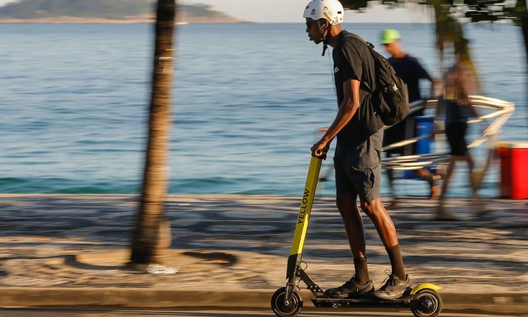 Regulamentação de patinetes elétricas publicada nesta quarta-feira pela prefeitura isenta obrigatoriedade do uso de capacete pelos usuários Foto: Marcelo Régua / Agência O Globo