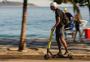 Regulamentação de patinetes elétricos publicada nesta quarta-feira pela prefeitura isenta obrigatoriedade do uso de capacete pelos usuários Foto: Marcelo Régua / Agência O Globo