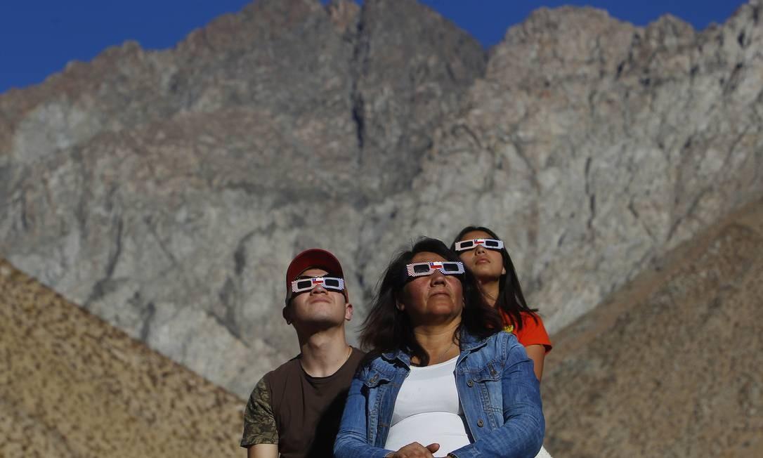 Milhares de pessoas se reuniram no Chile para observar o fenômeno. Em Paiguano, 25 mil turistas ocuparam a cidade de 1.000 habitantes para acompanhar o eclipse com a melhor visibilidade possível Foto: Marcelo Hernandez / Getty Images