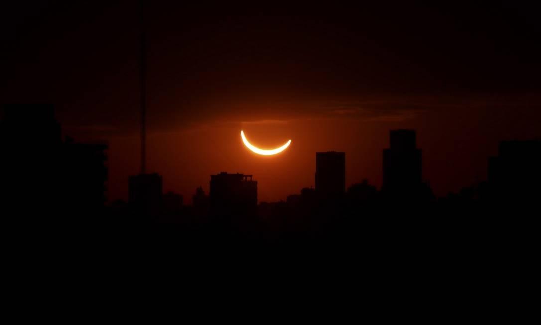 O mesmo aconteceu em Buenos Aires, onde era possível acompanhar o eclipse com boa visibilidade Foto: Anadolu Agency / Getty Images
