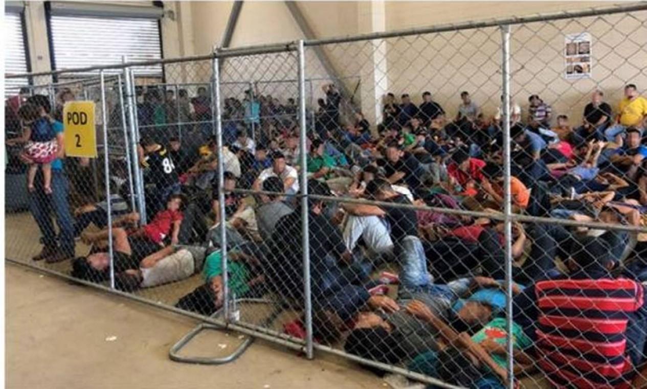 Imigrantes que tentam entrar nos Estados Unidos ilegalmente são detidos e enviados para abrigos que estão cada vez mais superlotados. O Departamento de Segurança Interna dos EUA (DHI) mostra às famílias em um abrigo na fronteira em 10 de junho de 2019, em McAllen, Texas Foto: - / AFP