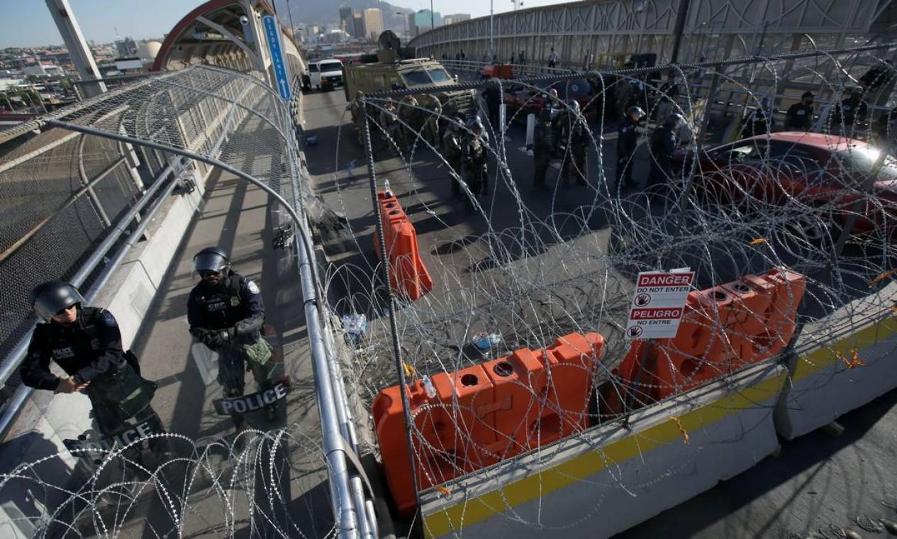 Agentes de segurança roforçam o patrulhamento da ponte de Paso Del Norte depois que imigrantes cubanos protestaram na última segunda-feira, exigindo rapidez nos pedidos de asilo em Ciudad Juárez, México Foto: JOSE LUIS GONZALEZ / REUTERS