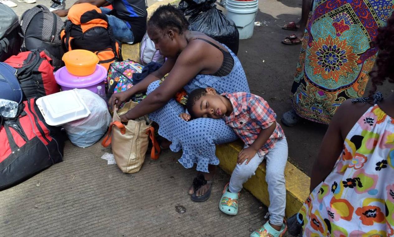 Imigrantes de Camarões descansam enquanto esperam com outros da África e do Haiti para entrar no centro de detenção de imigrantes Siglo XXI Foto: JOSE TORRES / REUTERS