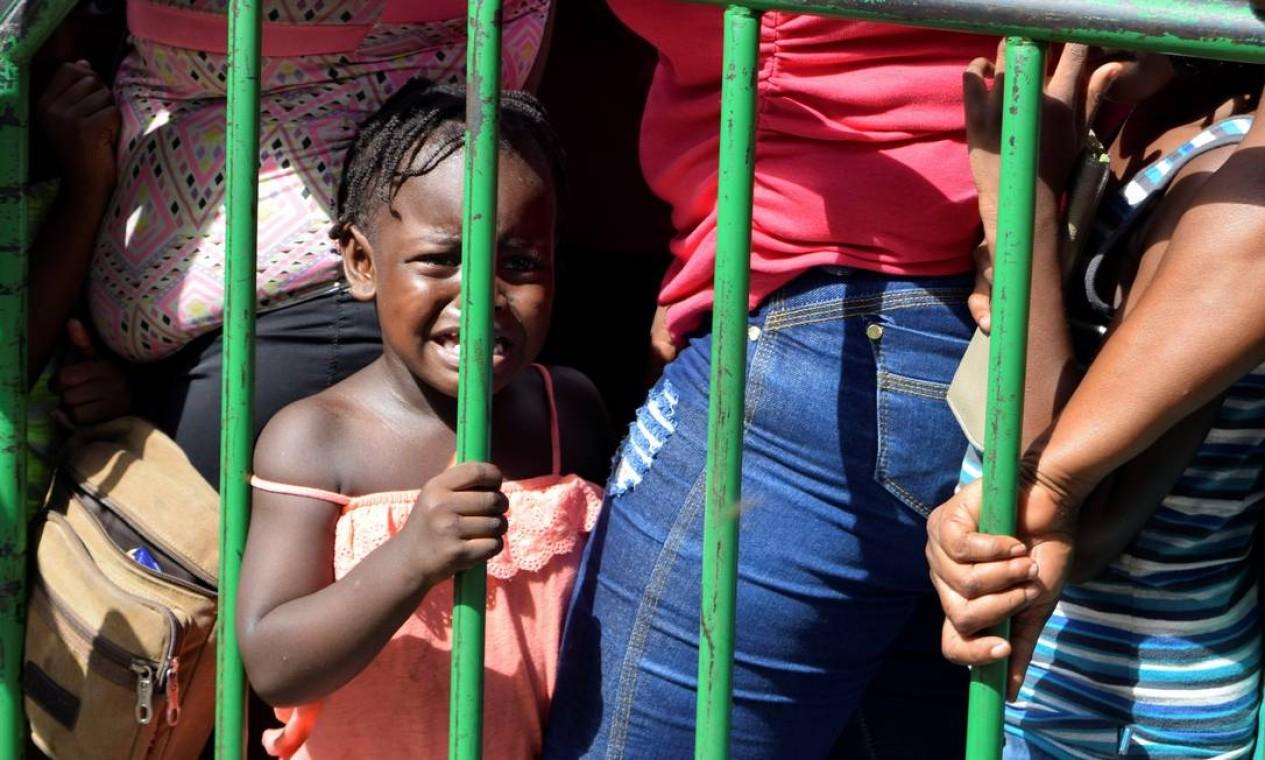 Uma criança chora enquanto espera com seus pais e outros imigrantes da África e do Haiti para entrar no centro de detenção de imigrantes Siglo XXI, onde solicitam vistos humanitários, emitidos pelo governo mexicano, para atravessar o país em direção aos Estados Unidos, em Tapachula, Mexico Foto: JOSE TORRES / REUTERS