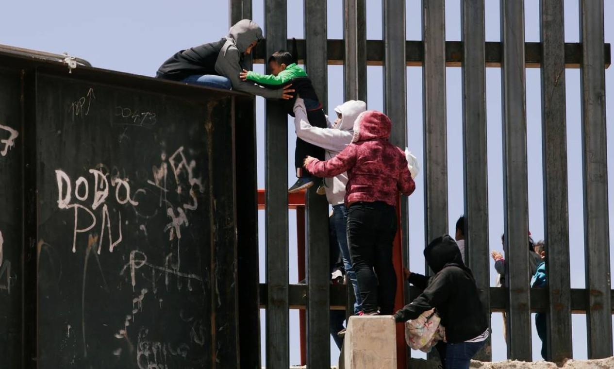 Imigrantes tentam entrar nos EUA pulando o muro que separa o México dos Estados Unidos, em Ciudad Juárez, no México Foto: JOSE LUIS GONZALEZ / REUTERS