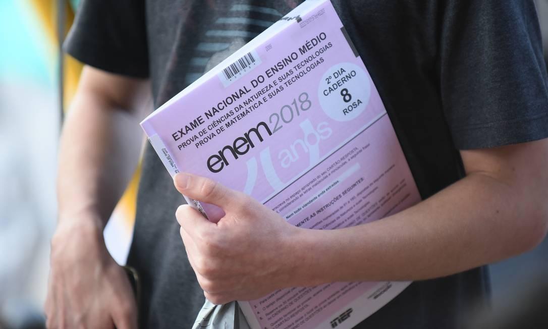 Estudante carrega prova do Exame Nacional do Ensino Médio (ENEM). Foto: Luis Fortes / MEC