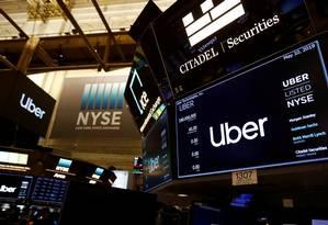 Logos do Uber em Wall Street: compra de mansão revoltou motoristas. Foto: Andrew Kelly / REUTERS