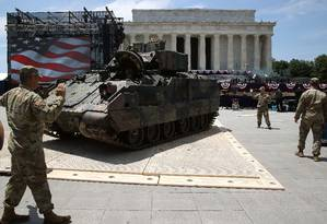 """Militares estacionam um tanque M1 Abrams em frente ao Memorial Lincoln, onde serão exibidos durante a """"Saudação à América"""", uma celebração do Dia da Independência idealizada por Donald Trump e que será focada no poderio militar americano Foto: MARK WILSON / AFP"""